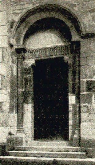 Porte latérale sud de l'église de Châteauneuf en Brionnais