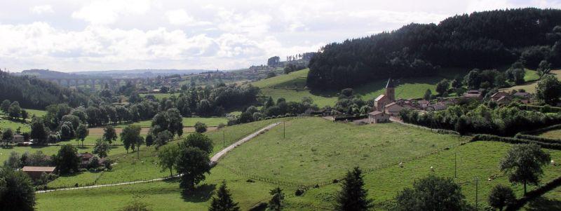 Le village d'Anglure-sous-Dun, au loin le viaduc de Mussy